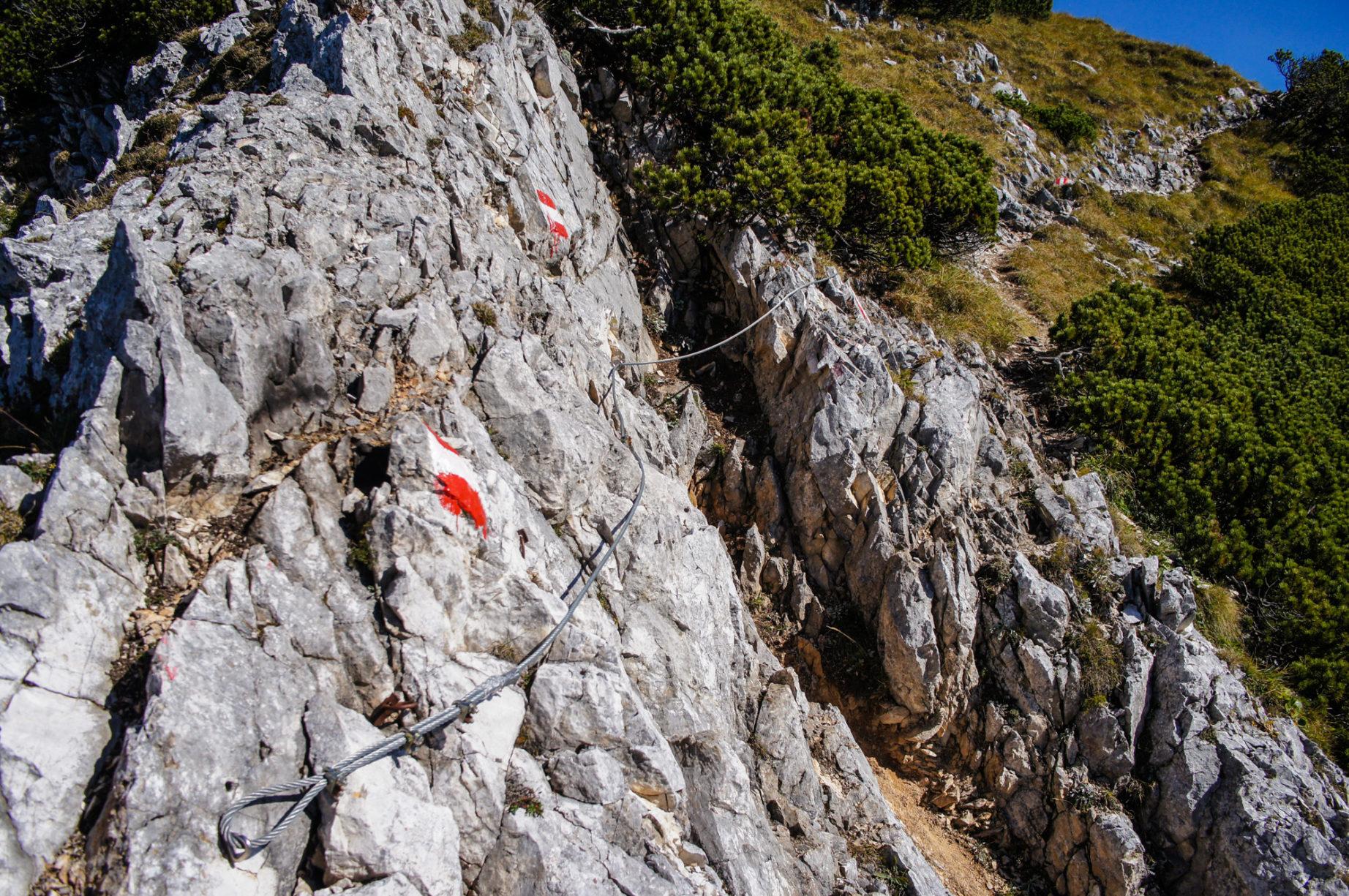 Kurze mit Stahlseilen gesicherte Kletterstellen