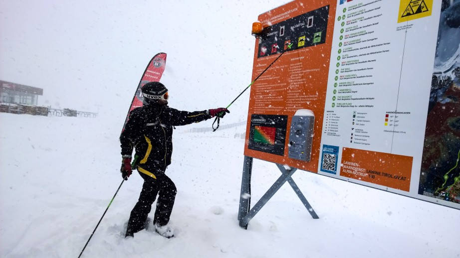 Info-Tafel am Stubaier Gletscher inklusive Lawinenwarnstufe und Freeride-Routen
