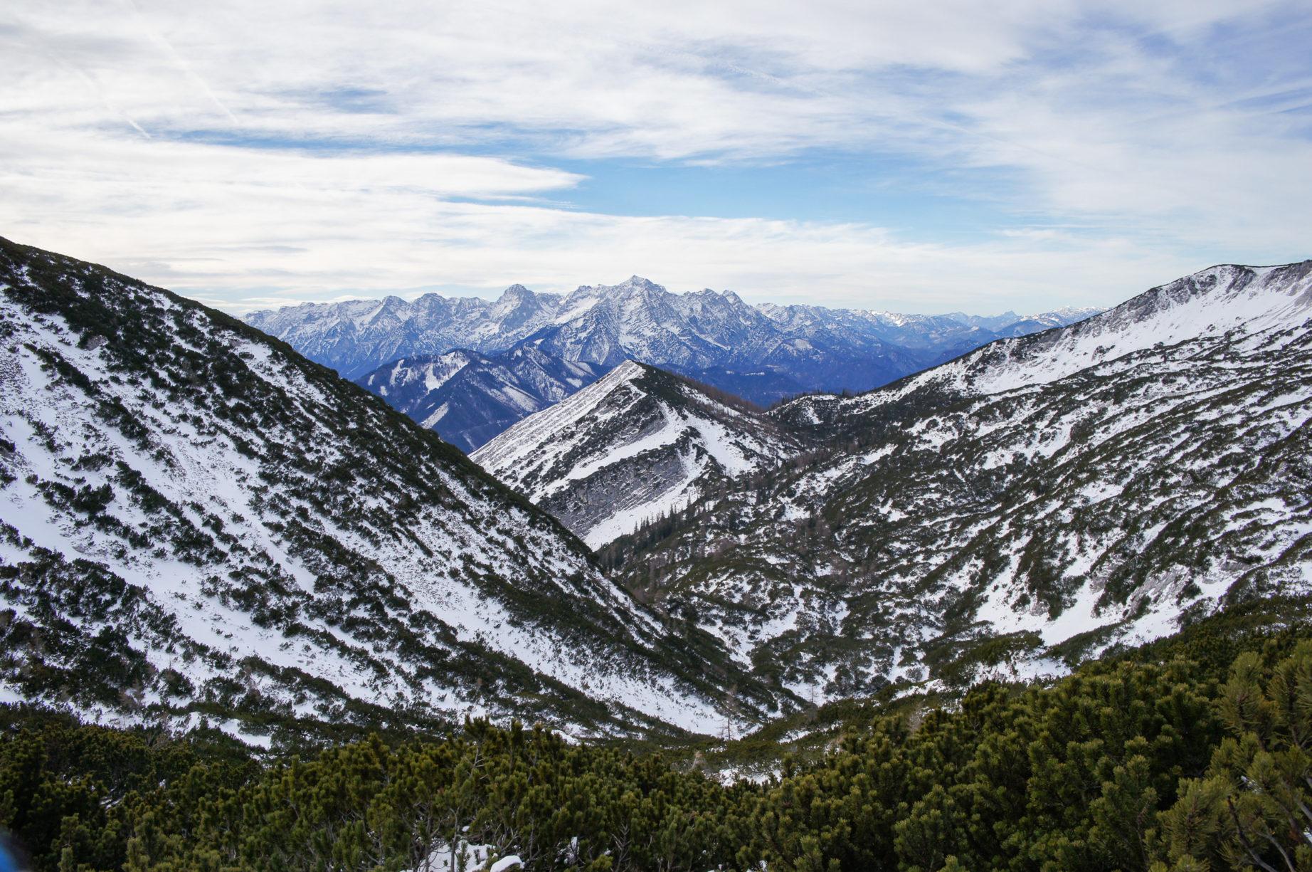 Im Vordergrund in der Mitte der Hagler, dahinter direkt das Tote Gebirge inklusive Großer Priel.