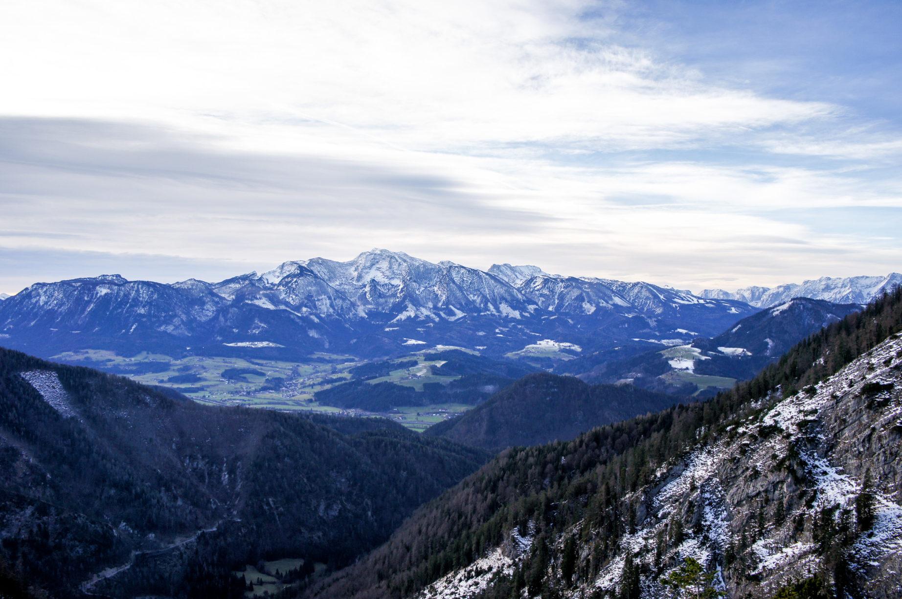 Im Rücken hat man stets ein großartiges Panorama: Die Haller Mauern und das Tote Gebirge (hier in der Mitte des Bildes das Warscheneck).