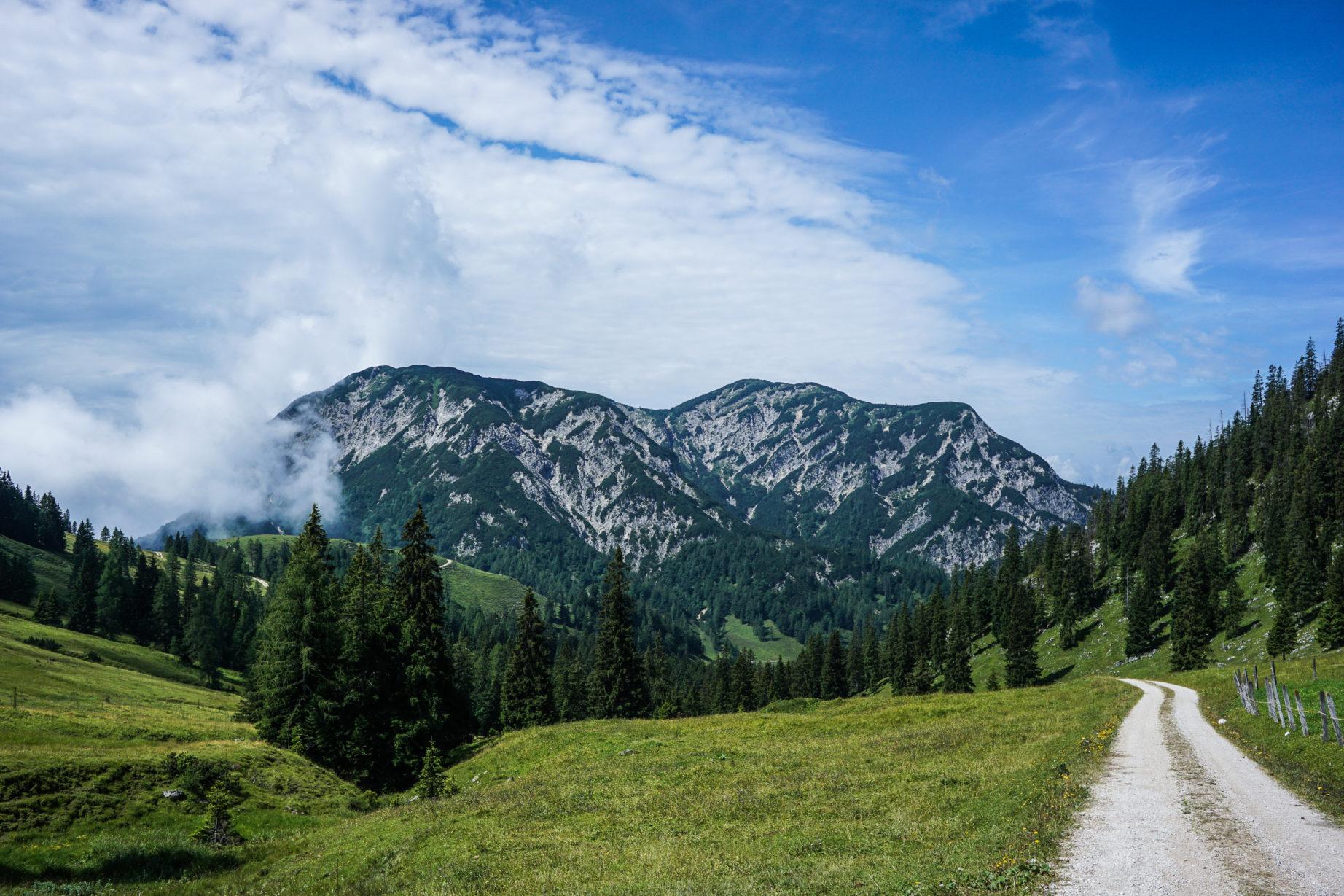 Schon aus weiter Ferne ist das heutige Ziel sichtbar: Links der Plessenberg, rechts der Kienberg.