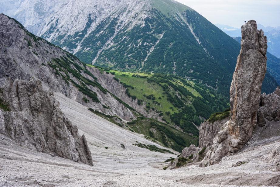 Das Schuttkar hinauf zur Eppzirler Scharte. Hinten der Große Solstein und das Solsteinhaus