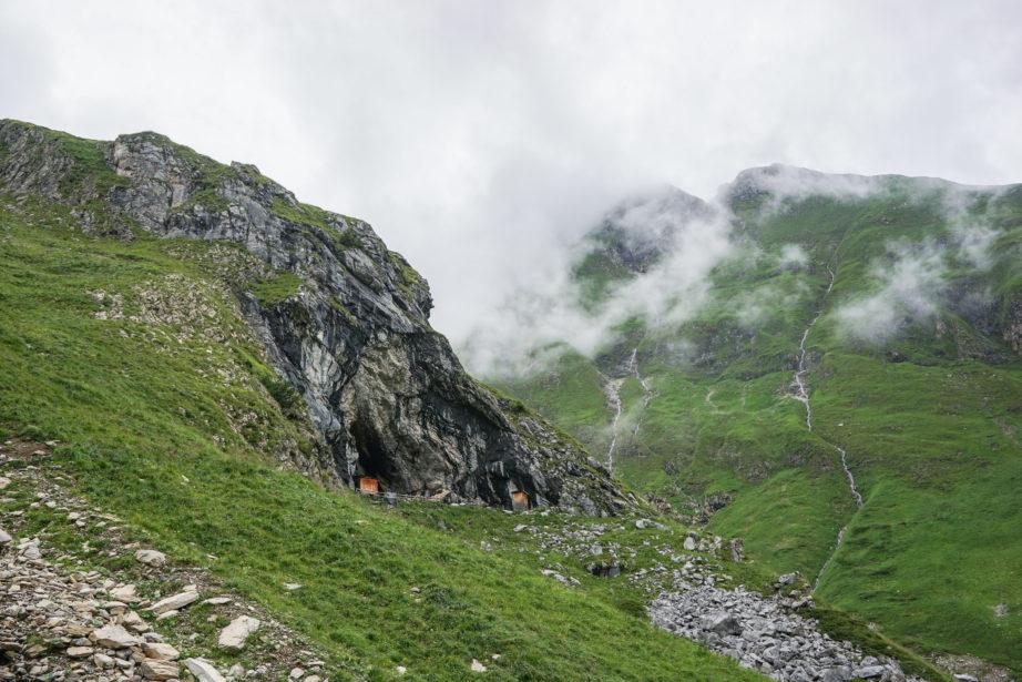 Bei diesen Schafshirtenhütten geht es links vorbei.