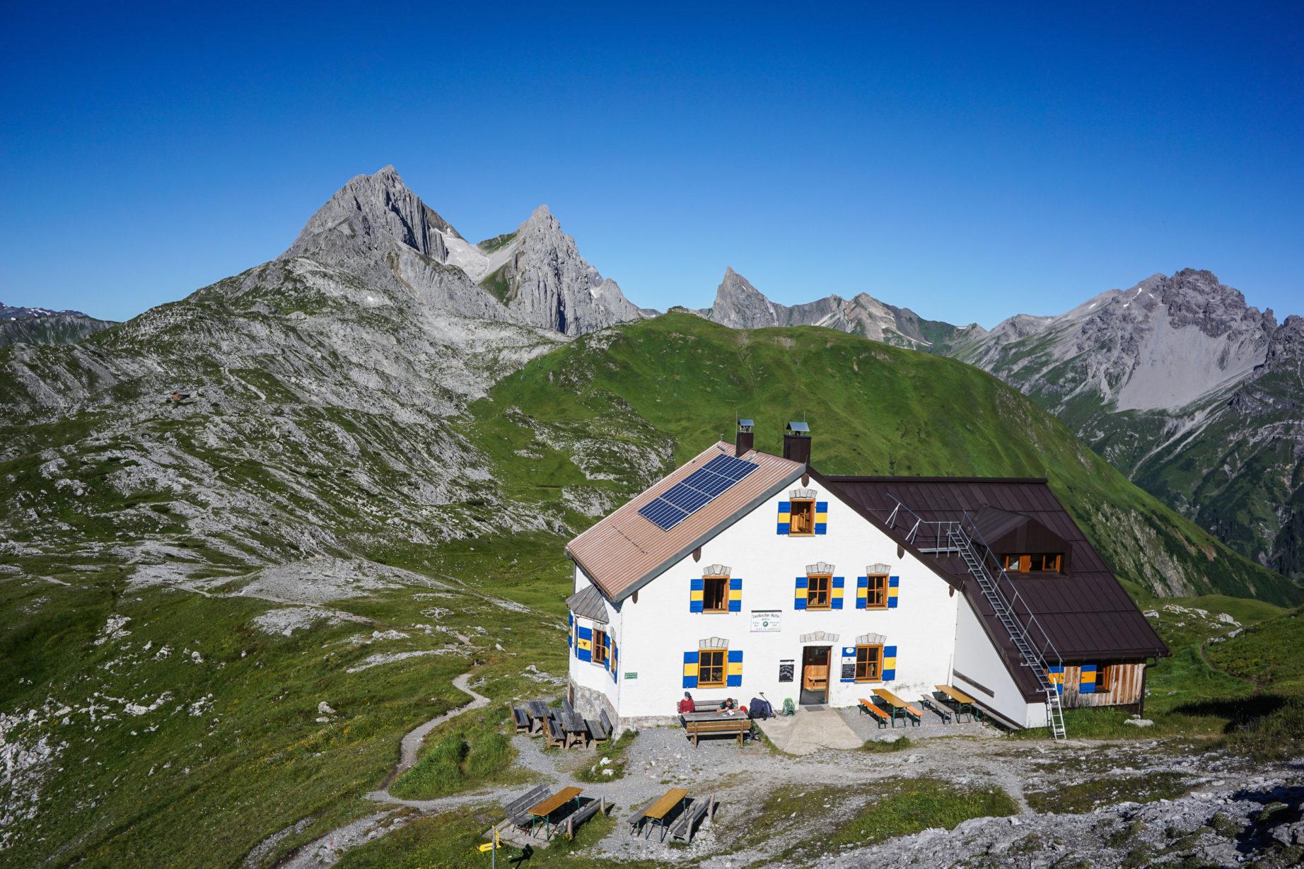 Die Leutkircher Hütte. Dahinter die Weissschrofenspitze.